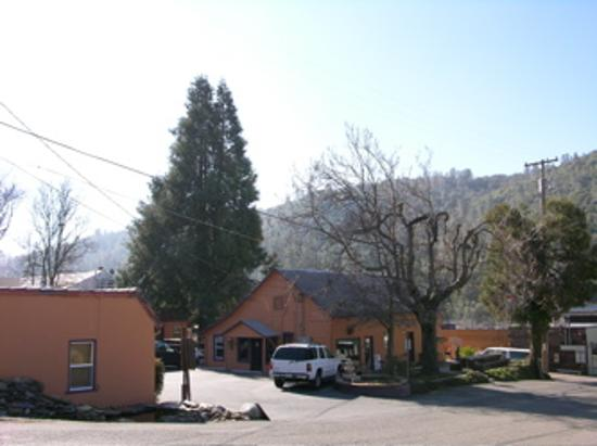 River Rock Inn: View of the hills of Mariposa
