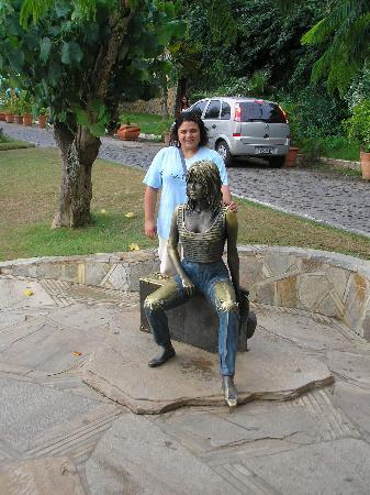Búzios, RJ : Aqui estoy en el borde costero donde esta un monumento alusivo a Brigitte