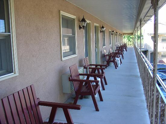 White Rose Motel : Walkway outside of our room
