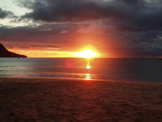 L'Hirondelle: sunset over Beau Vallon