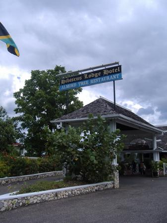 Hibiscus Lodge Hotel: front view