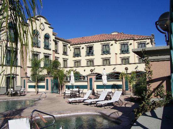 Holiday Inn Express Hotel & Suites Tucson Mall: Hotelrückseite mit Pool