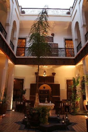 Riad le Clos des Arts: Innenhof am Abend