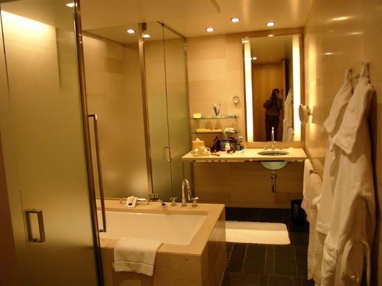 Four Seasons Hotel Tokyo at Marunouchi: bathroom