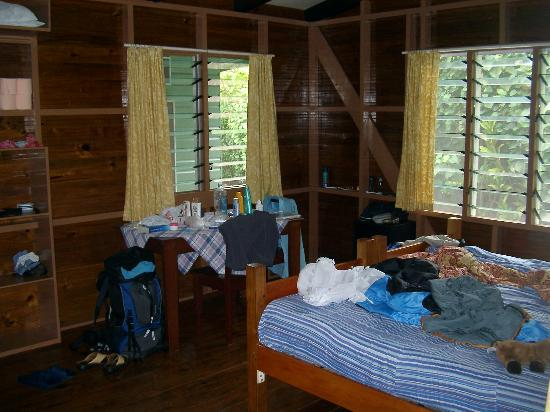 Betham's Beach Cottages: The room with a double-bed