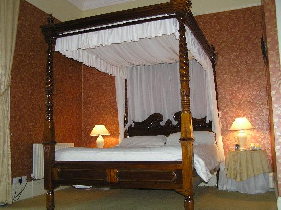 Ballinalacken Castle Country House: Luxurious 4 Poster Bed