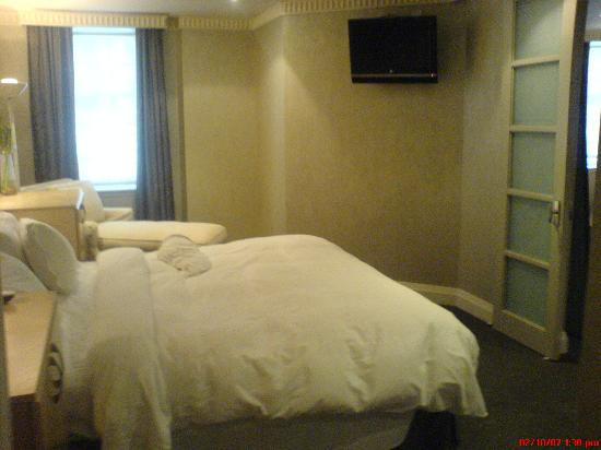 Windsor Arms Hotel: Bedroom with the nice LG LCD HDTV.