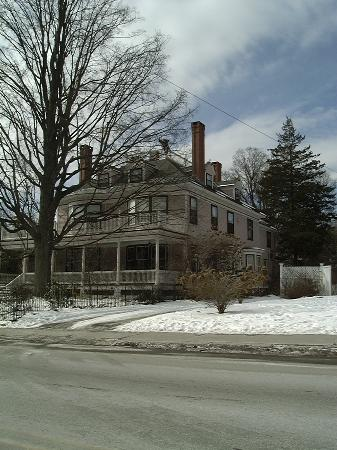 Readmore Bed and Breakfast Inn: Readmore Inn (6' Gargoyle on Roof)