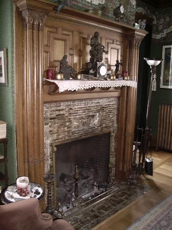 Readmore Bed and Breakfast Inn: Library Fireplace