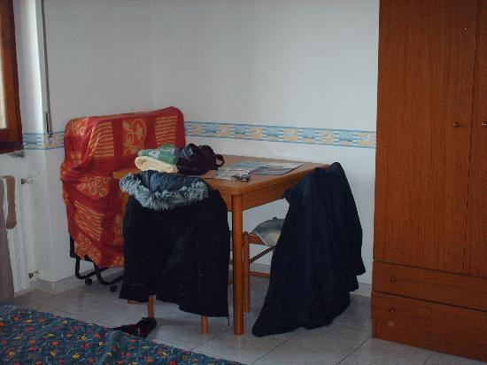 Alghero B & B El Delfi: picture of bedroom from one angle