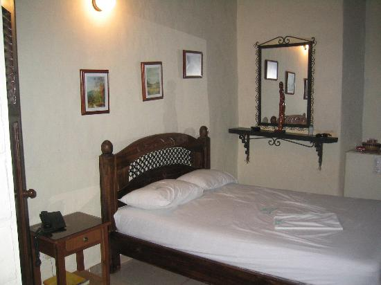 Hotel Caseron Plaza: Guest room