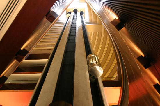 Mandarin Oriental, Singapore : Inside the hotel the Lifts and different levels