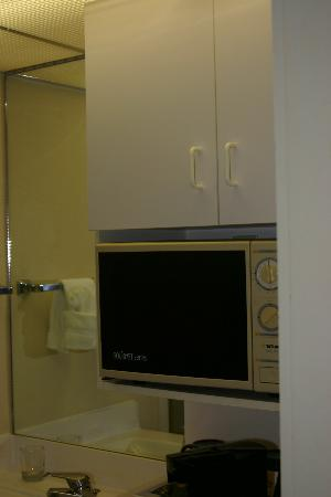 Ramada by Wyndham Kissimmee Gateway: Dial Microwave
