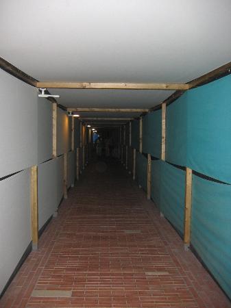Anzio, Italien: Underground tunnel to get to beach/rooms/pool