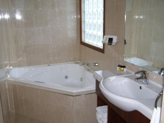 Quantum Lodge Motor Inn: Bathroom - Spa Bath