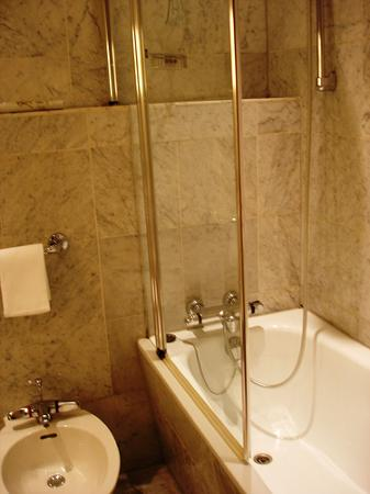Le Royal Hotels & Resorts - Luxembourg: The bathroom