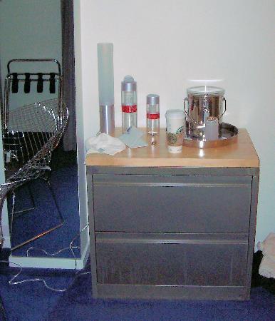 Hotel Diva : Unique dresser and water bottles
