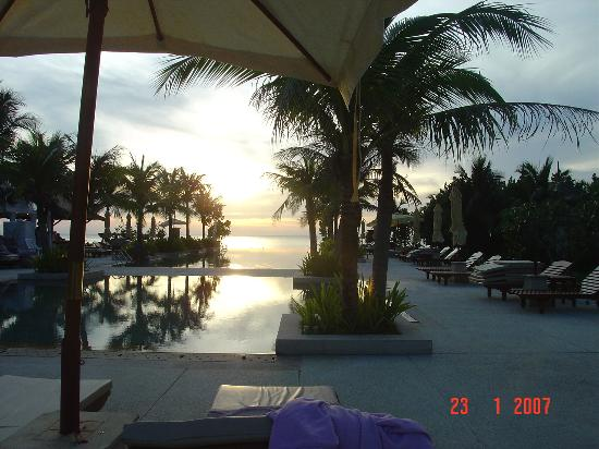 Layana Resort and Spa: sunset across the pool