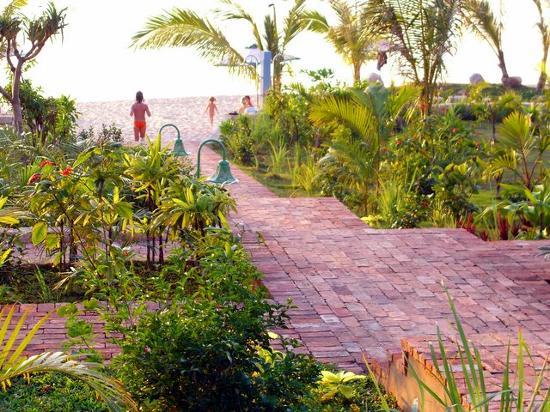 La Veranda Resort Phu Quoc - MGallery Collection : Path to the beach