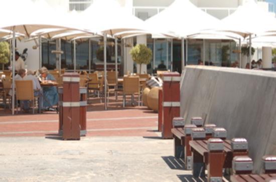 Radisson Blu Hotel Waterfront, Cape Town: deck restaurant & bar