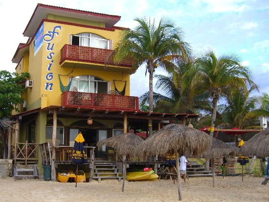 Pelicano Inn: Loud bar to the south