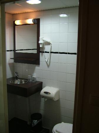 West Side Inn Hotel: daily cleaned bathroom