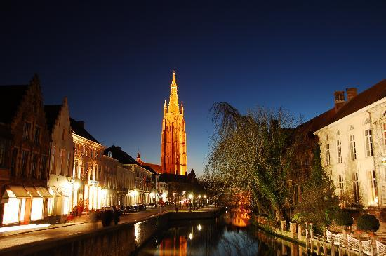 บรูจส์, เบลเยียม: Church of Our Lady seen from the crossing between the Dijver and Rozenhoedkaai