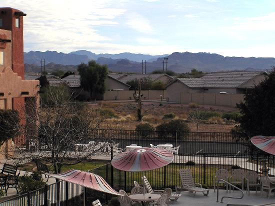 BEST WESTERN Gold Canyon Inn & Suites: courtyard from our balcony