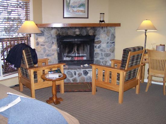 Emerald Lake Lodge: Fireplace