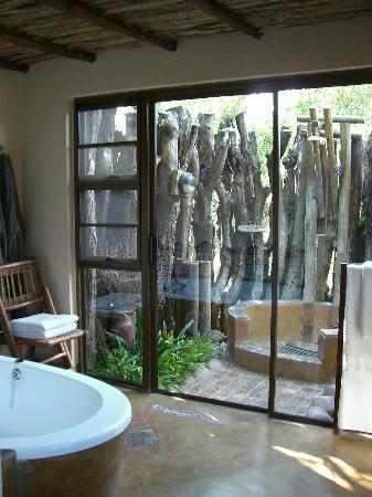 Vuyatela Lodge & Galago Camp: Bathroom and outdoor shower