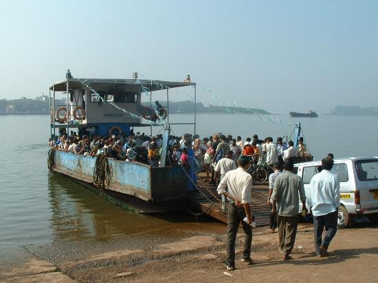 Candolim, Indien: Betim ferry going to Panjim