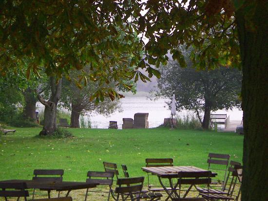 Der garten  der Garten am See - Seehotel Neuklostersee, Neukloster Resmi ...
