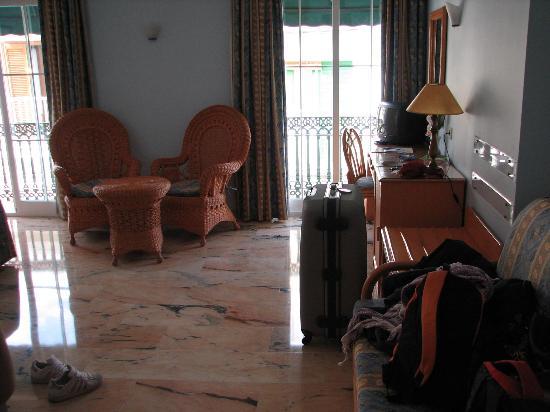 Hotel Nerja Princ: La nostra suite (disordinata)