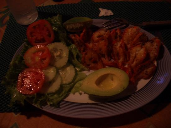 Acajutla, Le Salvador : One of the delish meals prepared by Los Cobanos staff!