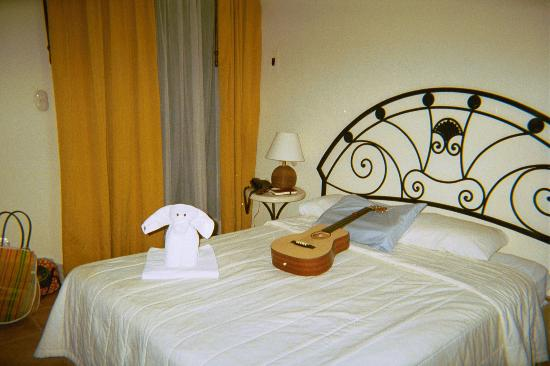 La Tortuga Hotel & Spa : standard room (guitar not included)