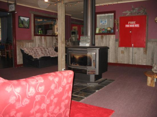 Mount Black Lodge: Communal lounge fire place