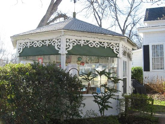Captain's Castle and Carriage House Inn : Gazebo