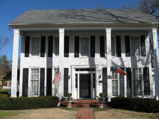 Captain's Castle and Carriage House Inn: Front of the house