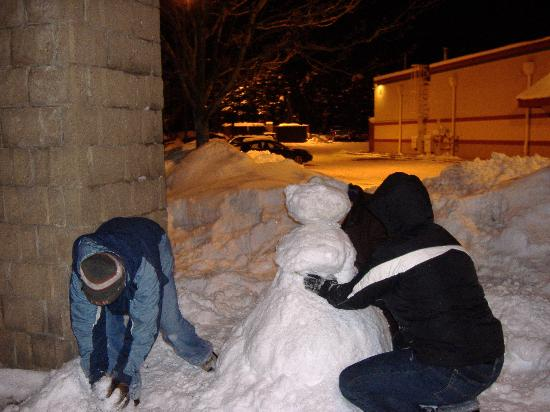 Jamestown, Nova York: Staff helping me build my first snowman