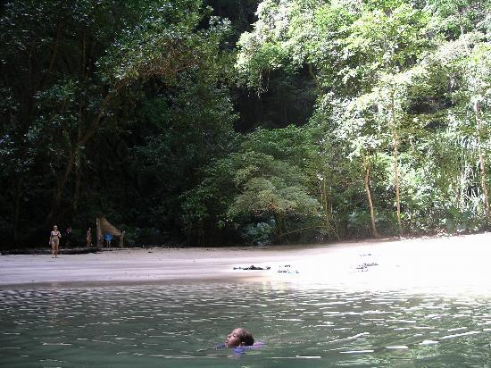 Anantara Si Kao Resort: Beach at end of cave