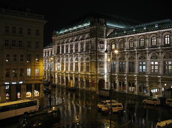 Вена, Австрия: Wien Oper, the night of the famous ball.