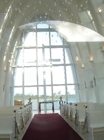 Leo Palace Resort : The inside of the chapel