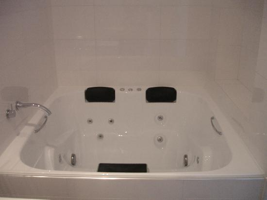 Ramada Perth, The Outram: The bath for 6