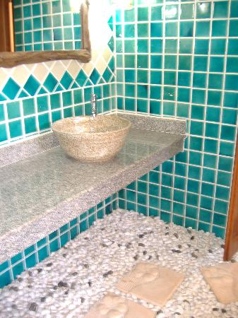 Andamanee Boutique Resort: Pebbles in bathroom