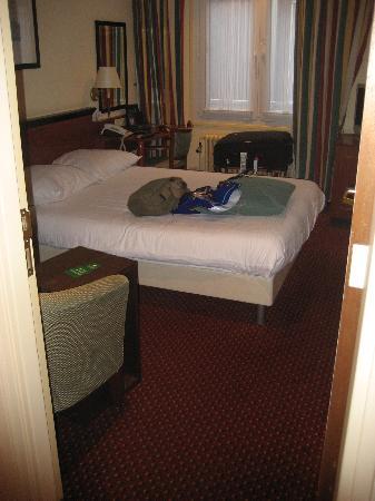 Hotel Amsterdam - De Roode Leeuw: View from outside the door in the hallway.