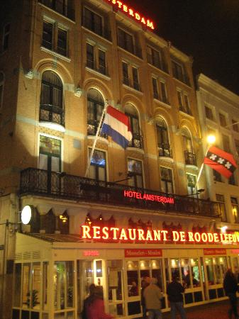 Hotel Amsterdam - De Roode Leeuw: The hotel at night.