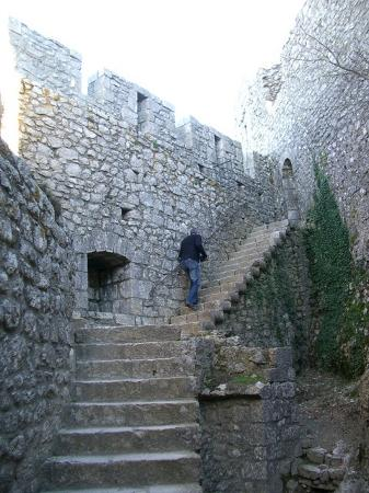 Château de Peyrepertuse : Inside the walls there are rooms, stairs and more