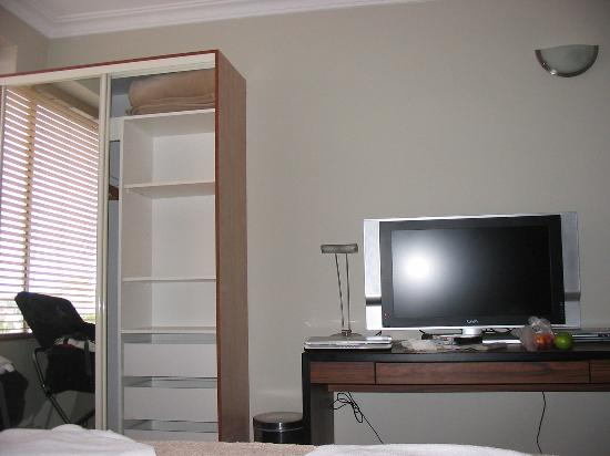 Lido Suites : tv, desk, wardrobe