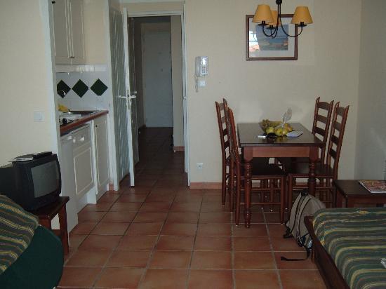 Apartamentos Pierre & Vacances Villa Maldagora: living room and kithchen from patio