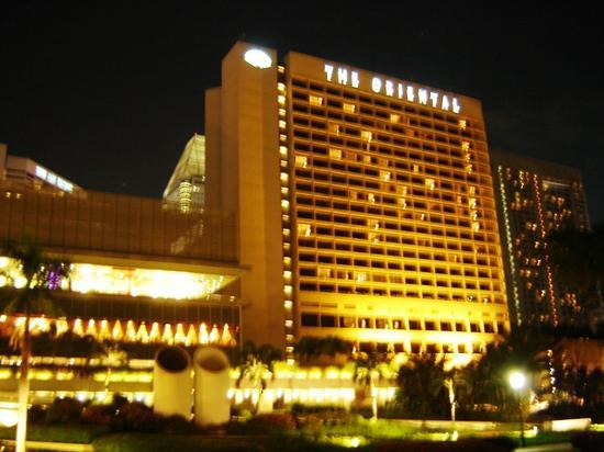 Mandarin Oriental, Singapore: Front of Hotel at Night